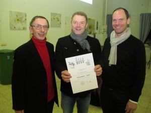 Vereinsmitglied Günter Beck (Mitte) wurde mit der Ehrennadel in Gold ausgezeichnet. Foto: Helmut Scheffler