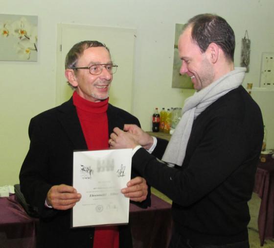Der neue Vorsitzende Rouven Belkot (r.) überreichte seinem Vorgänger Jürgen Trick (l.) die Silberne Ehrennadel. Foto: Helmut Scheffler